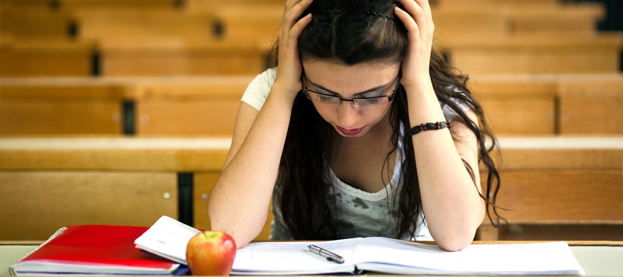 Студентки сдают экзамен 4 фотография