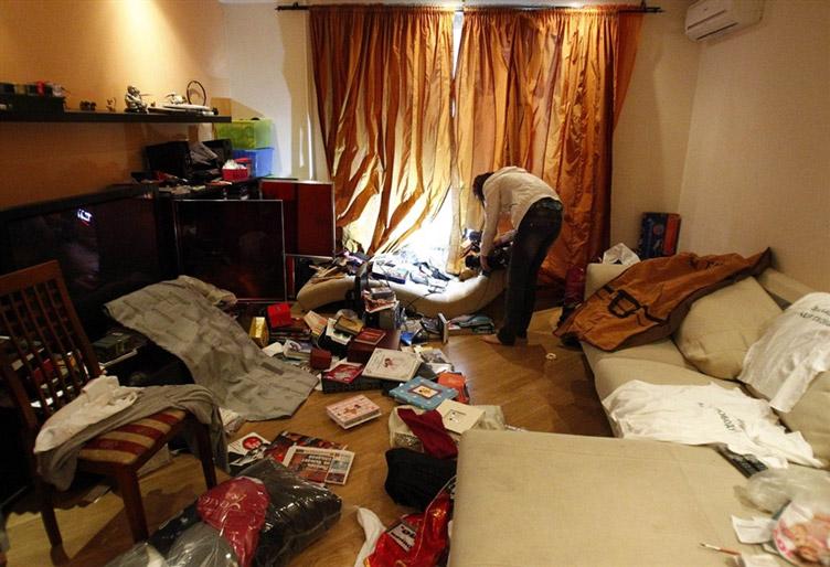 Після проведенного обшуку в квартирі залишаються бруд, розкидані речі й гостре відчуття несправедливості…