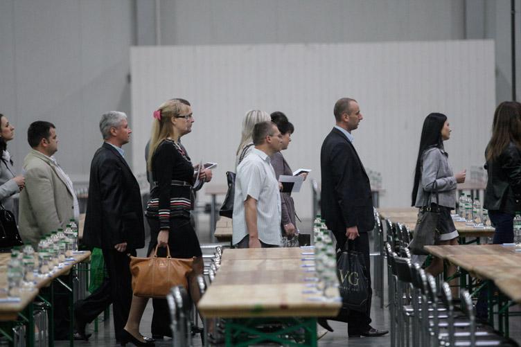 Кілька тисяч юристів вишикувалися в чергу за мантіями, однак через високий прохідний бал мрія про зайняття суддівських крісел може не здійснитися.