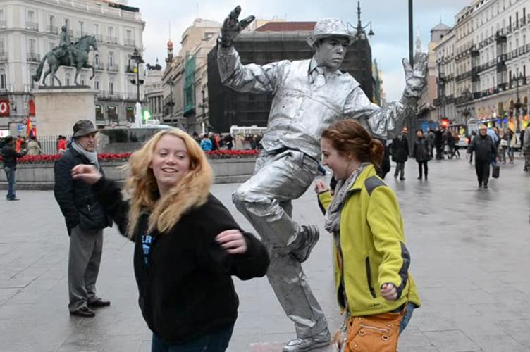 """Картинки по запросу В центре Мадрида запретили """"живые статуи"""""""